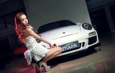 Chân dài đọ độ 'hot' bên xe sang Porsche 911 Carrera 4S