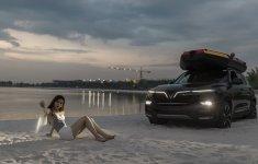 Ngắm Vinfast Lux SA 2.0 'tông xoẹt tông' với người đẹp bên bãi biển nhân tạo giữa lòng thủ đô