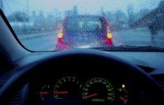 Mẹo giúp khắc phục hiện tượng mờ kính, nhòe gương ô tô khi trời mưa