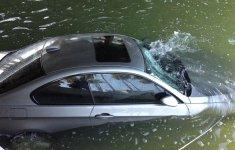 Cách xử trí thông minh khi ô tô lao xuống nước