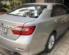Cần bán lại xe Toyota Camry 2.0E AT đời 2013, màu bạc   giá 850 triệu tại Bình Dương