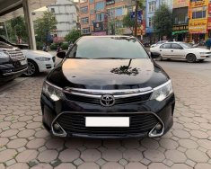 Cần bán lại xe Toyota Camry đời 2017, màu đen, 820 triệu giá 820 triệu tại Hà Nội