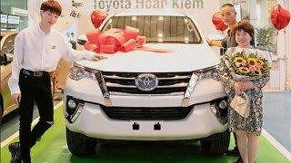 Ca sĩ Đức Phúc tậu Toyota Fortuner tặng bố mẹ